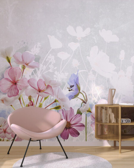 Fototapeta z różowym krzesłem i kwiatami oraz jasnym cieniem na szarym tle.